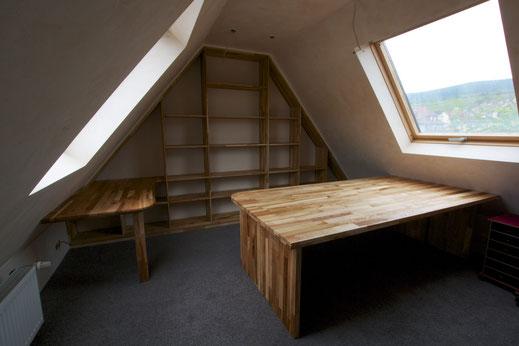 Dachausbau mit Regal und Tischen in Esche, geölt