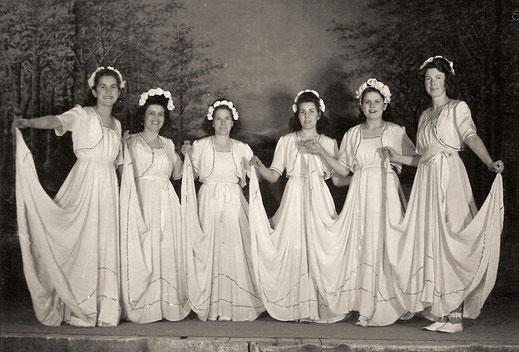 Der Gymnastikbund, die Frauenabteilung gegen 1945 - 1950.  Diese jungen Damen wählten gerne ihre schönen Kleider für ihre Tänze aus