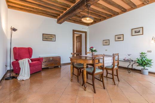 Piccola Agenzia vende appartamento in Via Cairoli