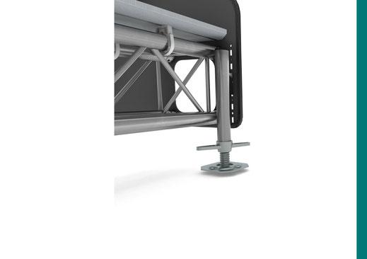 OnTruss Siesta - Detailansicht - An Siesta SidePlate eingehängter Fuß mit Gerüstspindel
