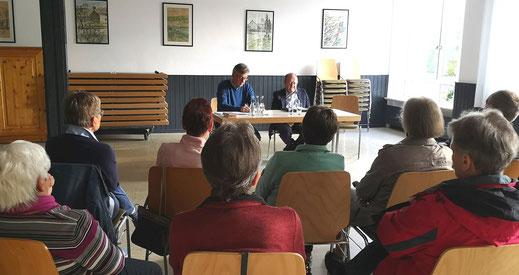 Während der Informationsveranstaltung im DGH Hünfeld-Nüst mit den Referenten Dr. Ambros Greiner und Josef Staufer