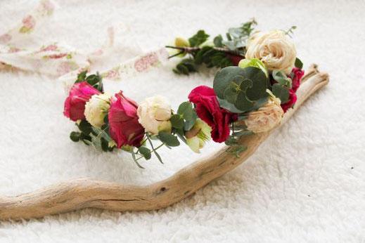 Cette photo représente une couronne de fleurs fraiches pour mariée, réalisée par la fleuriste de mariage à Toulouse Créapop Events
