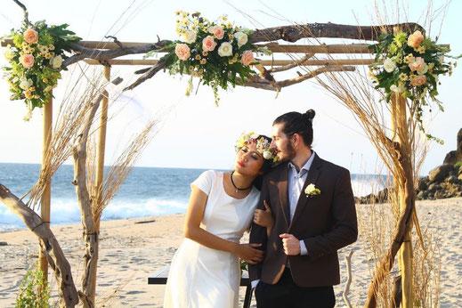 Cette photo représente une arche de mariage fleurie, une décoration de mariage en Occitanie