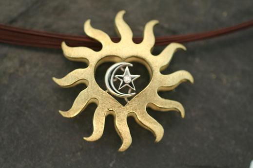 Anhänger aus der Schmuck Goldschmiede Buddenberg in Hamburg aus Gold und Weißgold mit Brillant im Design einer Sonne und eines Herzens mit Mond und Stern