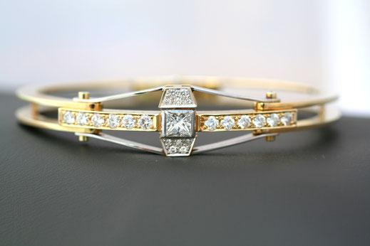 Armreif aus Gold und Weißgold mit Prinzessdiamant und Brillanten im Verschnitt gefasst