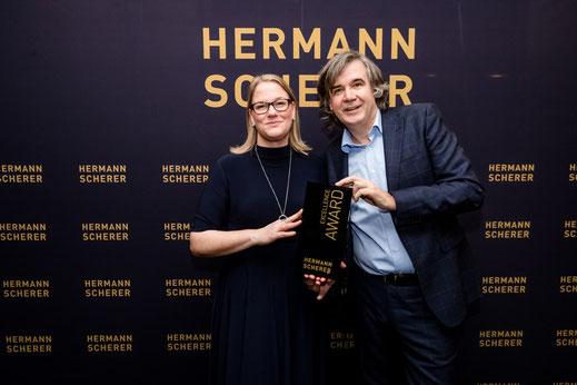 Hermann Scherer übergibt den Excellence-Award  | © Dominik Pfau