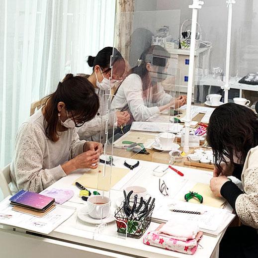 少人数制のワイヤージュエリー教室で、作品デザインや石の選定、ワイヤーワークについても丁寧にお伝えしています。大阪以外でも兵庫・兵庫など近隣からの生徒様もご来校いただいております。