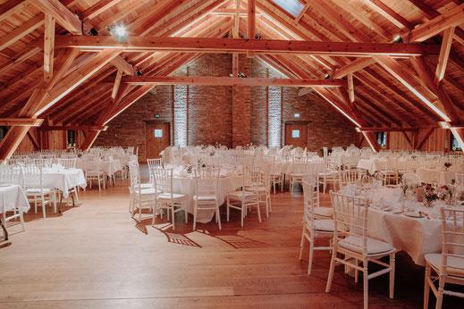 Hochzeit in der Tenne, Eventtenne.de, Hochzeitsstuhl Chiavari, Winterhochzeit