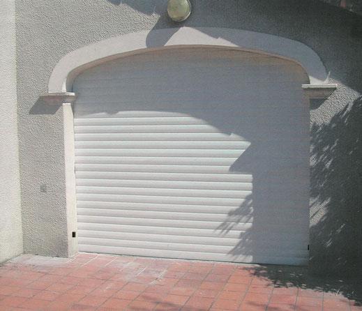 porte de garage enroulable motorisée par c-automatique.fr