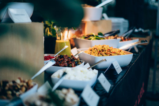 VON WELT Catering mit Live-Cooking. Gartenparty für Hochzeit, Sommerfest, Weihnachtsfeier, Geburtstag. Veganes Catering und Beefer BBQ Grill Catering in Dresden, Leipzig, Chemnitz, Berlin, Oberlausitz, Sachsen, Brandenburg.
