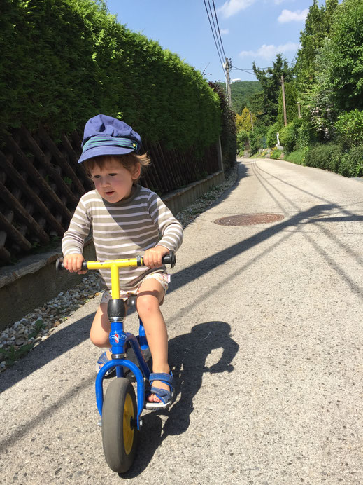 Laufräder sind übrigens Spielzeug und der Fahrer dieses Vehikels bricht deshalb nicht das Gesetz!