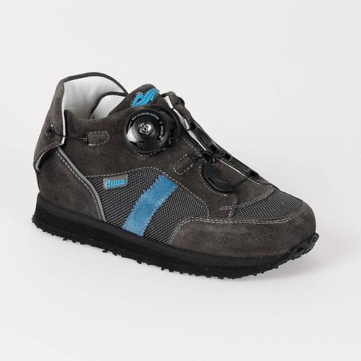 Junge, was für ein Schuh: seitlicher Drehverschluss für einen einfachen Einstieg