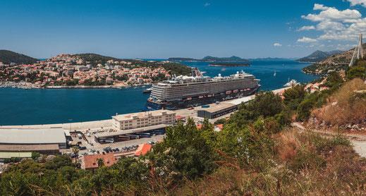 TUI Kreuzfahrtschiff im Hafen von Dubrovnik in Kroatien Stadtpanorama