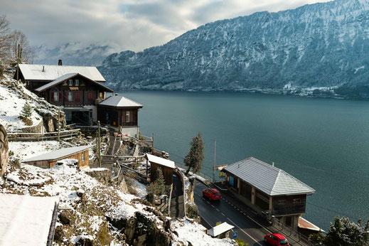 Schweizer Dorf am Thunersee und Blick auf die Berge