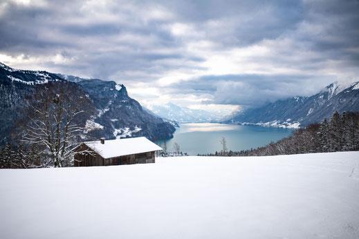 Hütte im Schnee oben in den Bergen der Schweiz über Brienz und Blick auf den Brienzersee