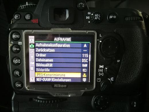 Im Menü der Kamera den Punkt finden wo die Einstellungen für RAW Datei vorgenommen werden können.