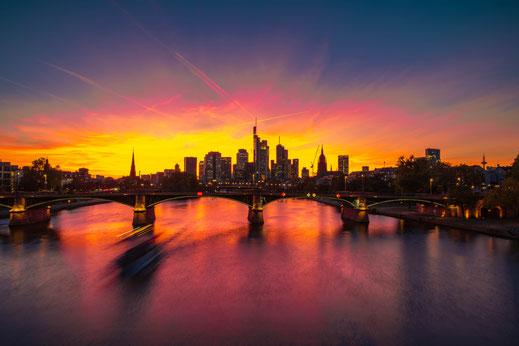 Feuer-roter Sonnenuntergang in Frankfurt am Main mit Blick auf die Hochhäuser der Stadt