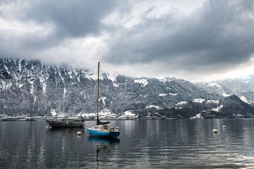 Zwei Boote am Thunersee in der winterlichen Schweiz