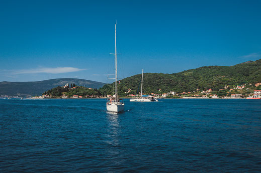 Mit dem eigenen Boot entlang der Küste von Montenegro am Adriatischen Meer