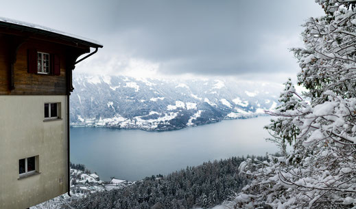 Panorama Blick vom Hotelzimmer auf den Brienzersee im Winter - Schweiz - Foto für private Zwecke, Bilder für Website und Werbezwecke kostenlos lizenzfrei herunterladen.