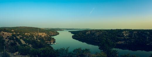 Wunderschöne Landschaft und Adriatische Fjörde in Kroatien nahe der Sibenik Brücke kostenlos herunterladen