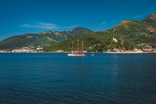 Altes Segelschiff im Adriatischen Meer wie ein Piratenschiff in einer Bucht
