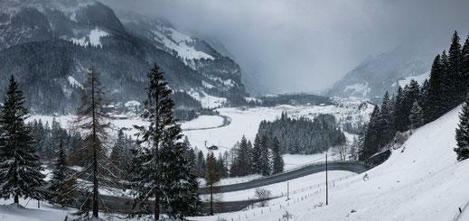 Serpentinenstraße hoch in die Berge über Kandersteg