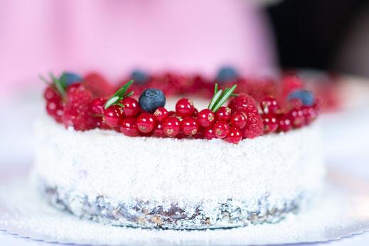 Süße Früchte als Dekoration auf der Torte