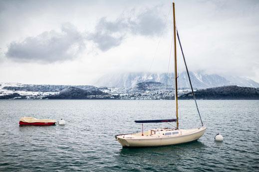 Weißes Boot auf dem Thunersee in der Schweiz