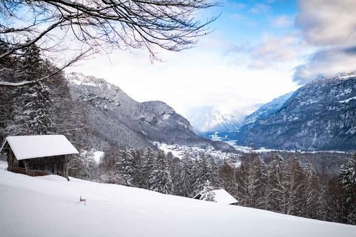 Verschneite Hütte in Schweizer Alpen mit traumhaften Blick