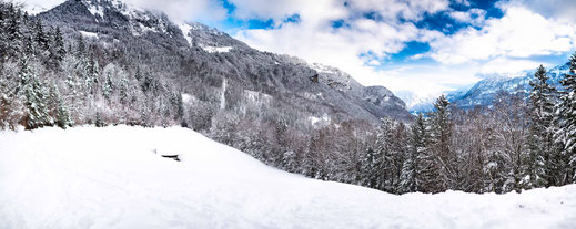 Im Schnee versunkene Holzhütte mitten in Berglandschaft der Schweiz