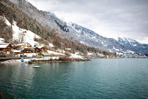 Idyllisches Schweizer Dorf Oberried am Brienzersee mit Aussicht auf die Berge