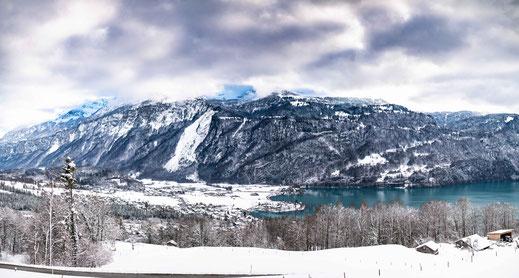 Aussicht auf die Stadt Brienz den Brienzersee und die Schweizer Berge