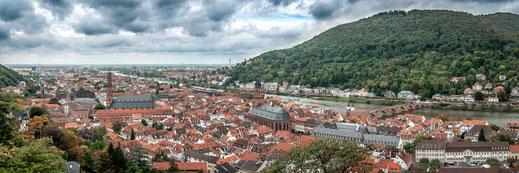Blick auf die alte Universitätsstadt Heidelberg am Fluss Nekkar mit Blick auf die Kirche und die alte Brücke als Panorama Poster kaufen