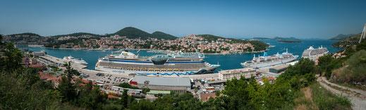 Drei Kreuzfahrtschiffe im Hafen von Dubrovnik inklusive Stadtpanorama kostenlos herunterladen