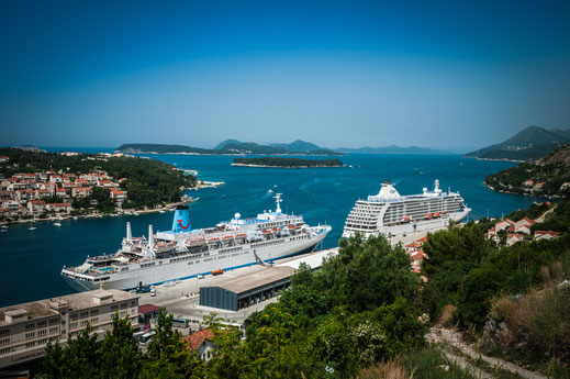 Zwei große Kreuzfahrtschiffe im Adriatischen Meer im Hafen von Dubrovnik in Kroatien