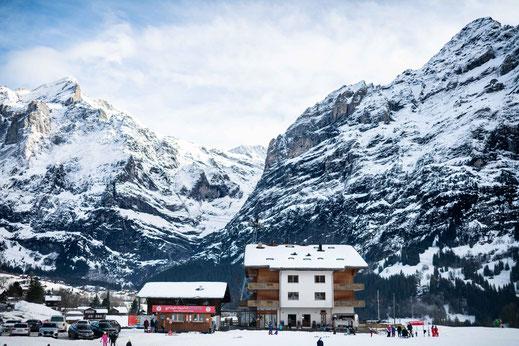 Hotel mit Blick auf die Berge mitten im Skigebiet der Schweiz
