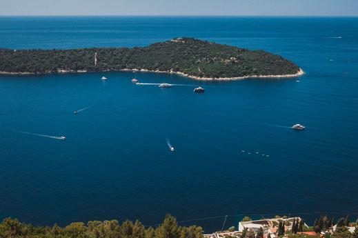 Wunderschöne unendliche Aussicht auf das Adriatisches Meer vor der Küste von Kroatien
