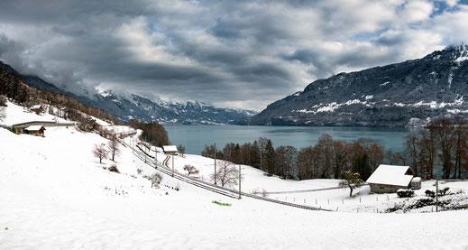 Eisenbahnschienen entlang dem Brienzersee in der Schweiz