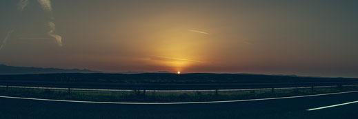 Bei Sonnenuntergang mit dem Auto entlang den Autobahnen von Kroatien als Panorama Poster kaufen