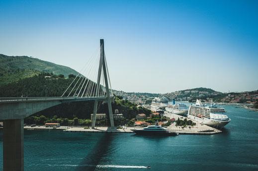 Aussichtspunkt mit dem Blick auf die historische Stadt Dubrovnik und Dr. Franja Tuđmana Brücke in Kroatien