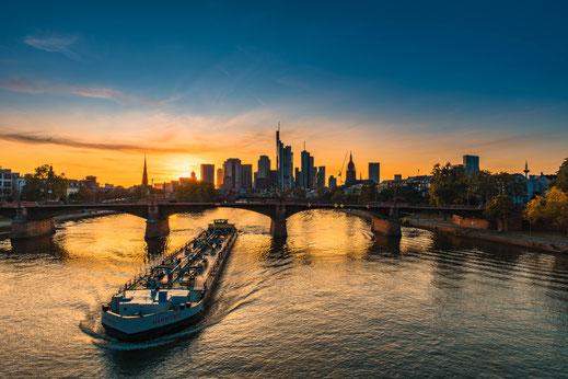 Schiffe am Main und Frankfurter Skyline als Panorama
