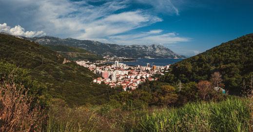 Montenegros beliebte Touristenstadt Budva von oben