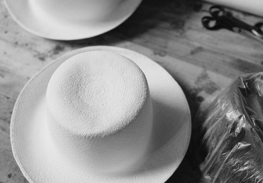The Panama hat should be a comfortable garment, which should be worn without causing marks or signs on the forehead, but which does not come off because of the breeze or because you bend over.