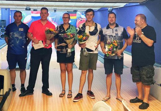 Die Top  Four beim 2. Tourstopp in NL-Emmen, eingerahmt von Veranstalter Thomas Schiffgen (links) und dem applaudierenden Joe Lebowski (rechts)