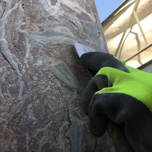 on comble les fissures avec un mortier à base de poudre de pierre et de pigments