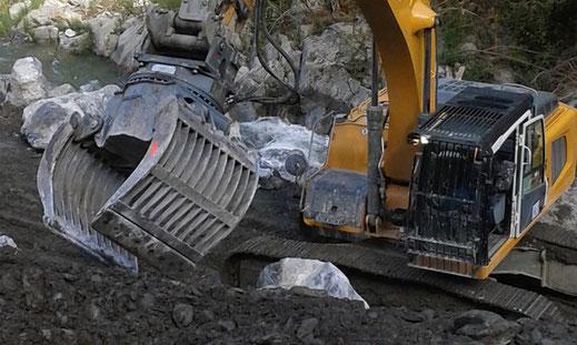 Réalisation de terrassement : terrassement pour la protection des berges - enrochements à la pince