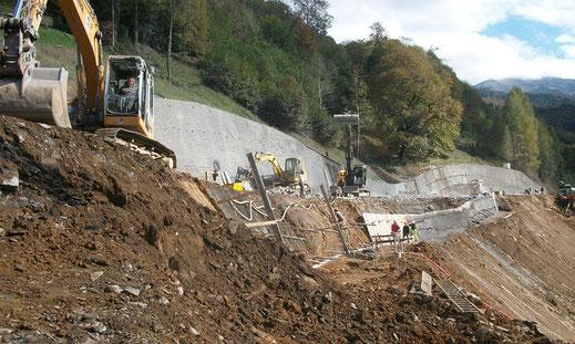 Chantier de terrassement : travaux de rétablissement de la RD07 par paroi clouée et terrassement
