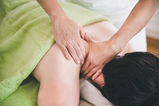 Hilft bei Rückenschmerzen - klassische Massage im Zentrum von Lenzburg - damanuka, Zita Sutter