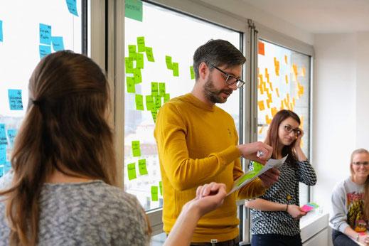 Anna, Simon, Mona und Lara bei einem Workshop